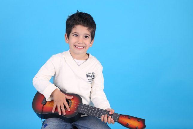 enfant qui s'éveil à la guitare