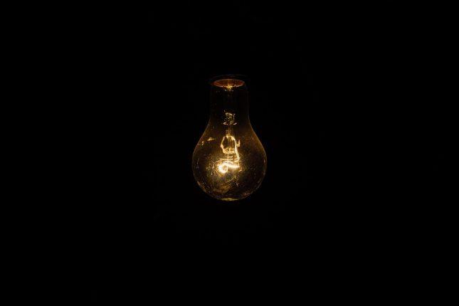 image sombre et minimaliste d'une ampoule
